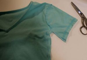 Refashion a plain t-shirt to a bow front t-shirt. Full step-by-step, DIY sewing tutorial. #upcycle #refashionista #crafts #crafting