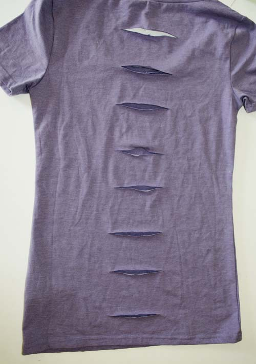 Make a simple cut bow t-shirt refashion. A step-by-step, diy sewing or no-sewing tutorial. #upcycle #refashionista #recycle #clothing #crafts #crafting